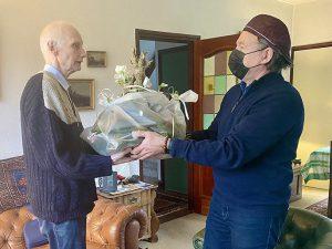 Voorzitter André Kalden overhandigd Jan de Breet een bloemstuk vanwege zijn afscheid als bestuurslid